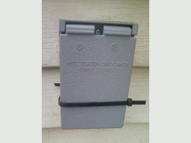 Welder outlet,  outdoor outlet, outside, broken cover .jpg